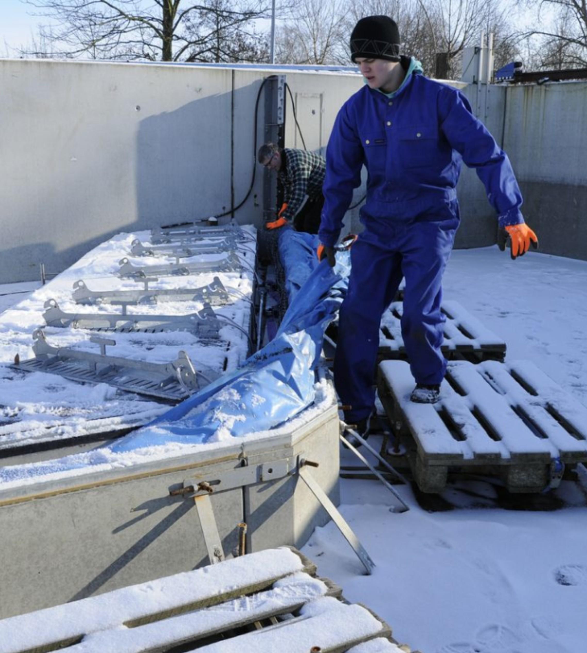 Aufbau des mobile Hochwasserschutzes im Winter