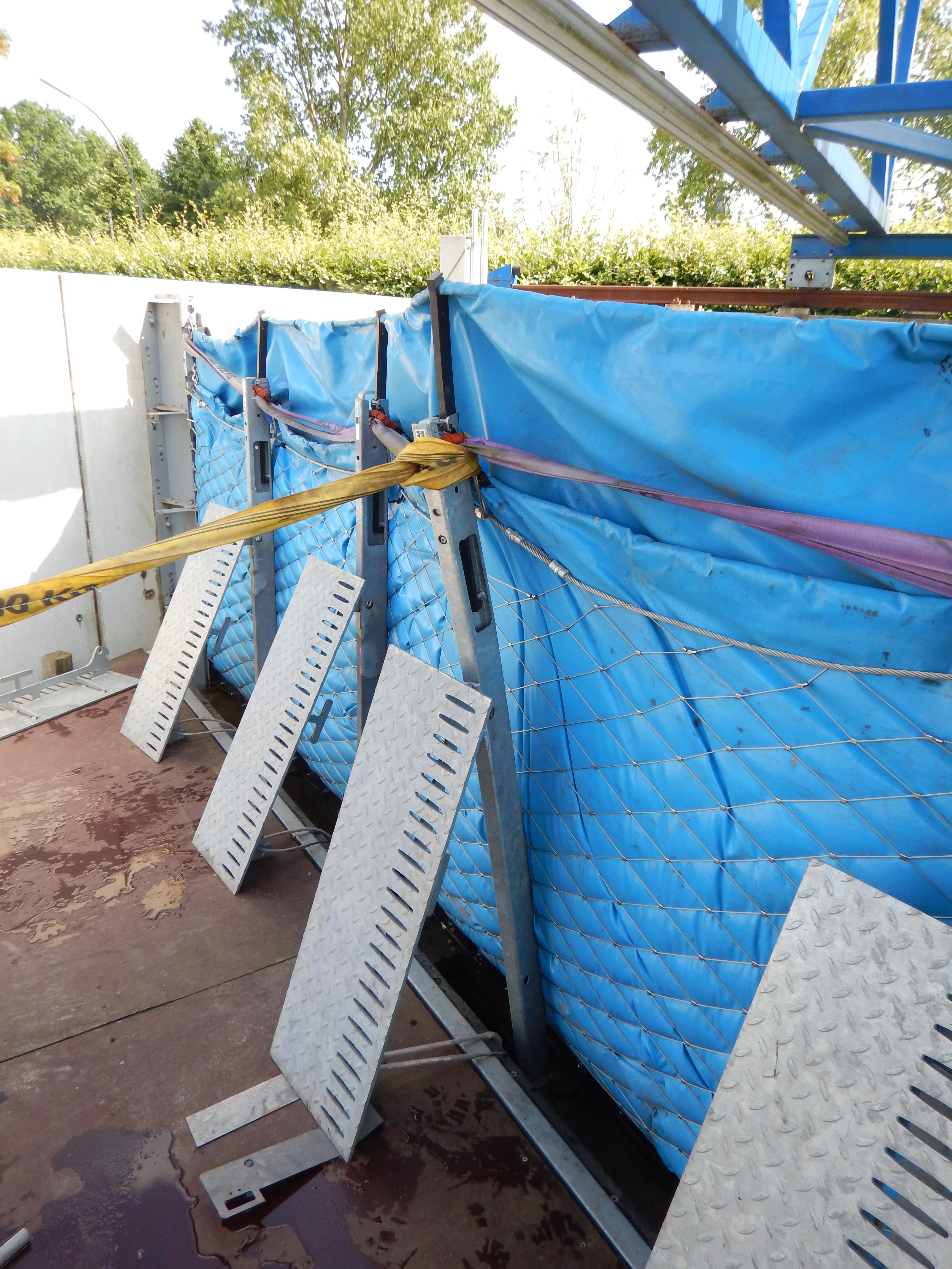 Extremtest, ein Pfosten wird verbogen, an dem mobilen Hochwasserschutzsystem AquaWand