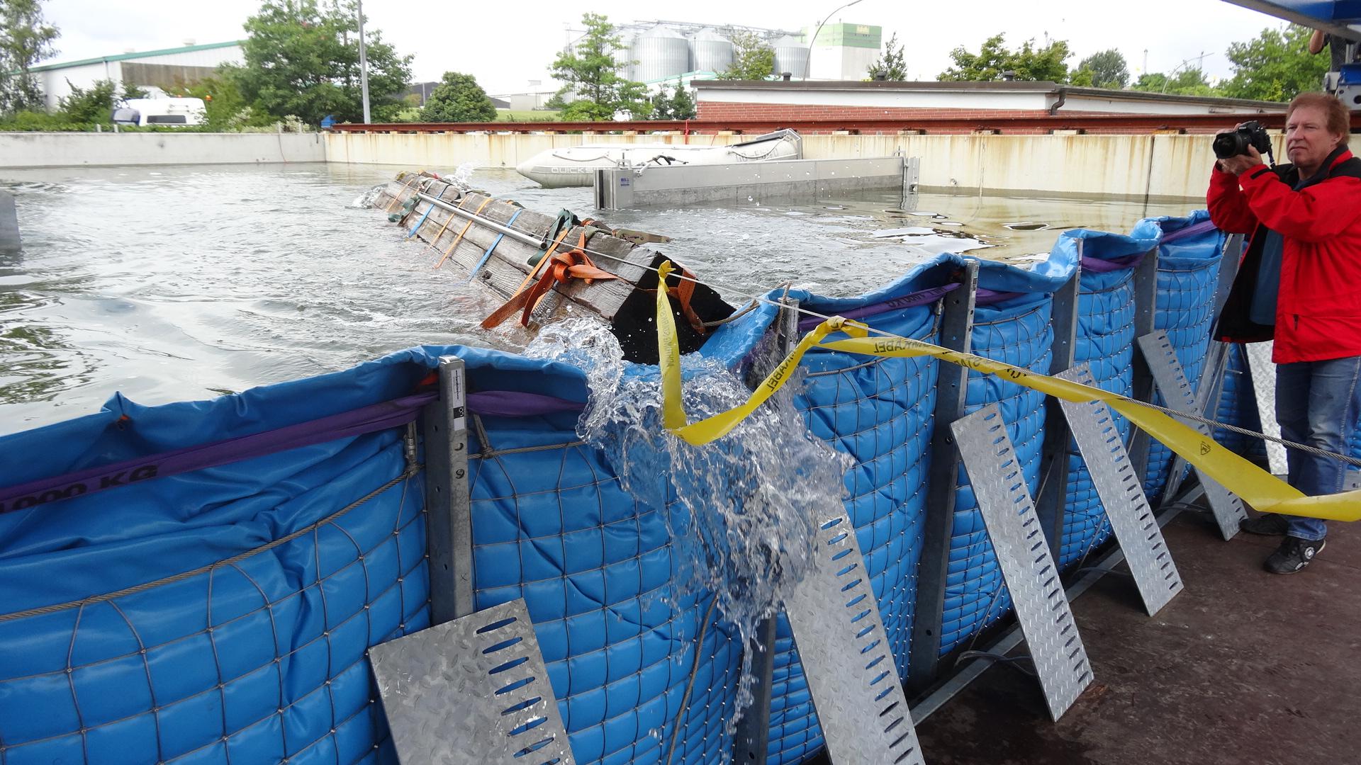 Der Treibguttest des mobilen Hochwasserschutzsystems AquaWand in der Testanlage der TUHH