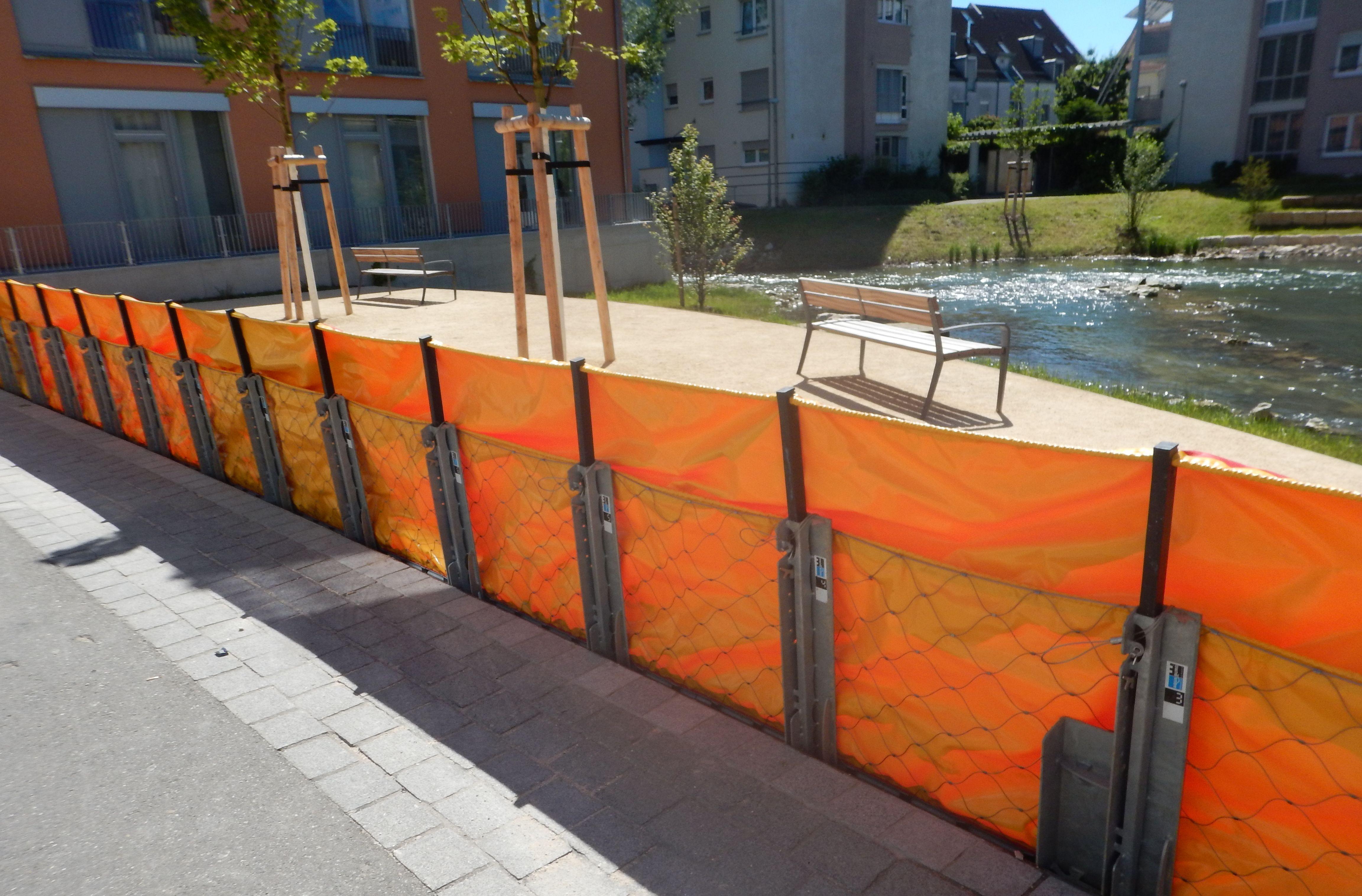 Der mobile Hochwasserschutz in Kirchehim unter Teck, die AquaWand ist aufgebaut