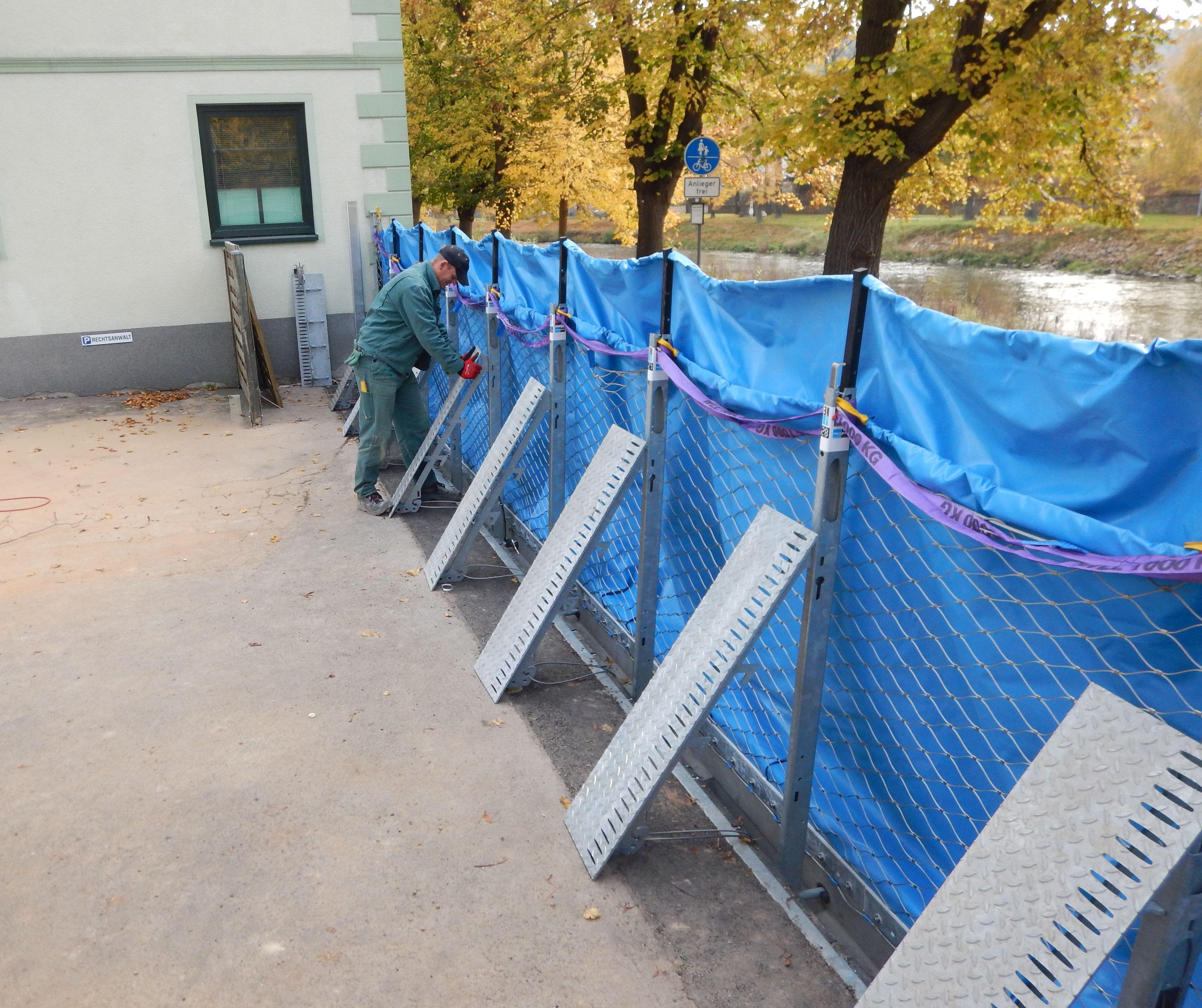 Der mobile Hochwasserschutz in Rosswein, die AquaWand ist aufgebaut