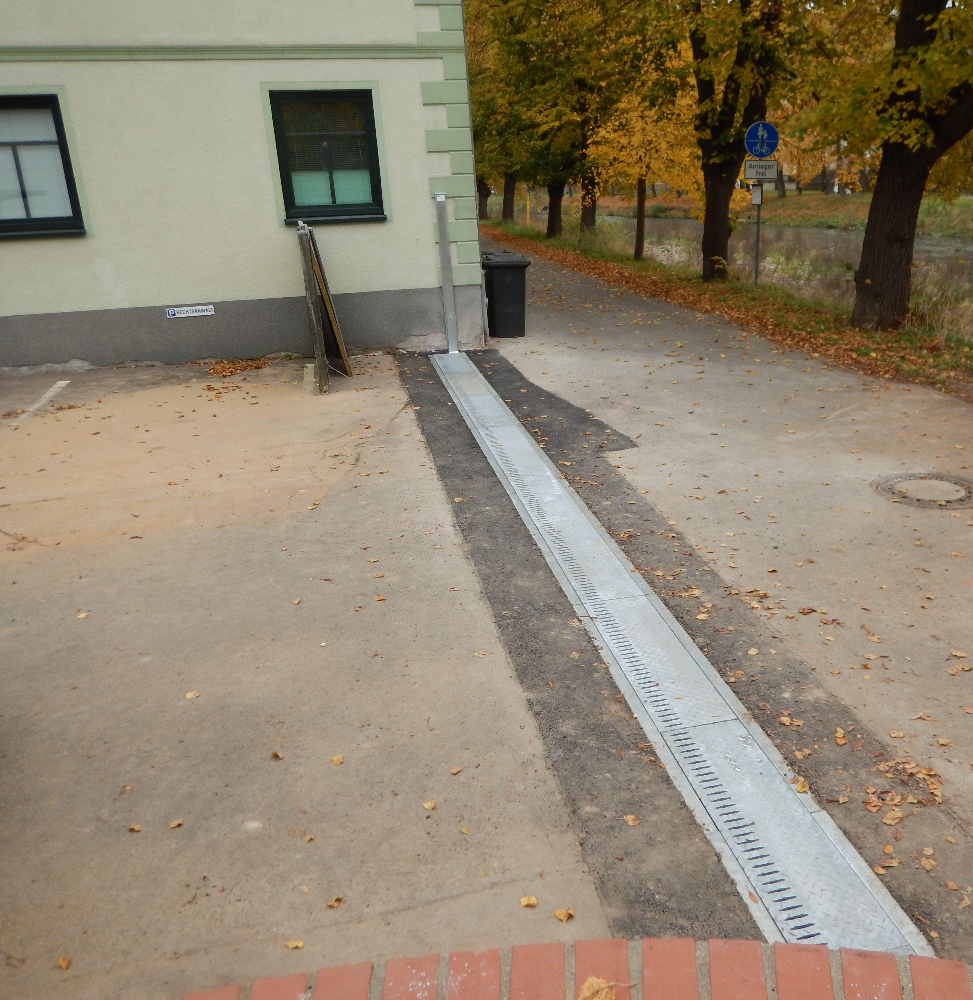 Der mobile Hochwasserschutz in Rosswein, die AquaWand ist in dem Boden eingebaut