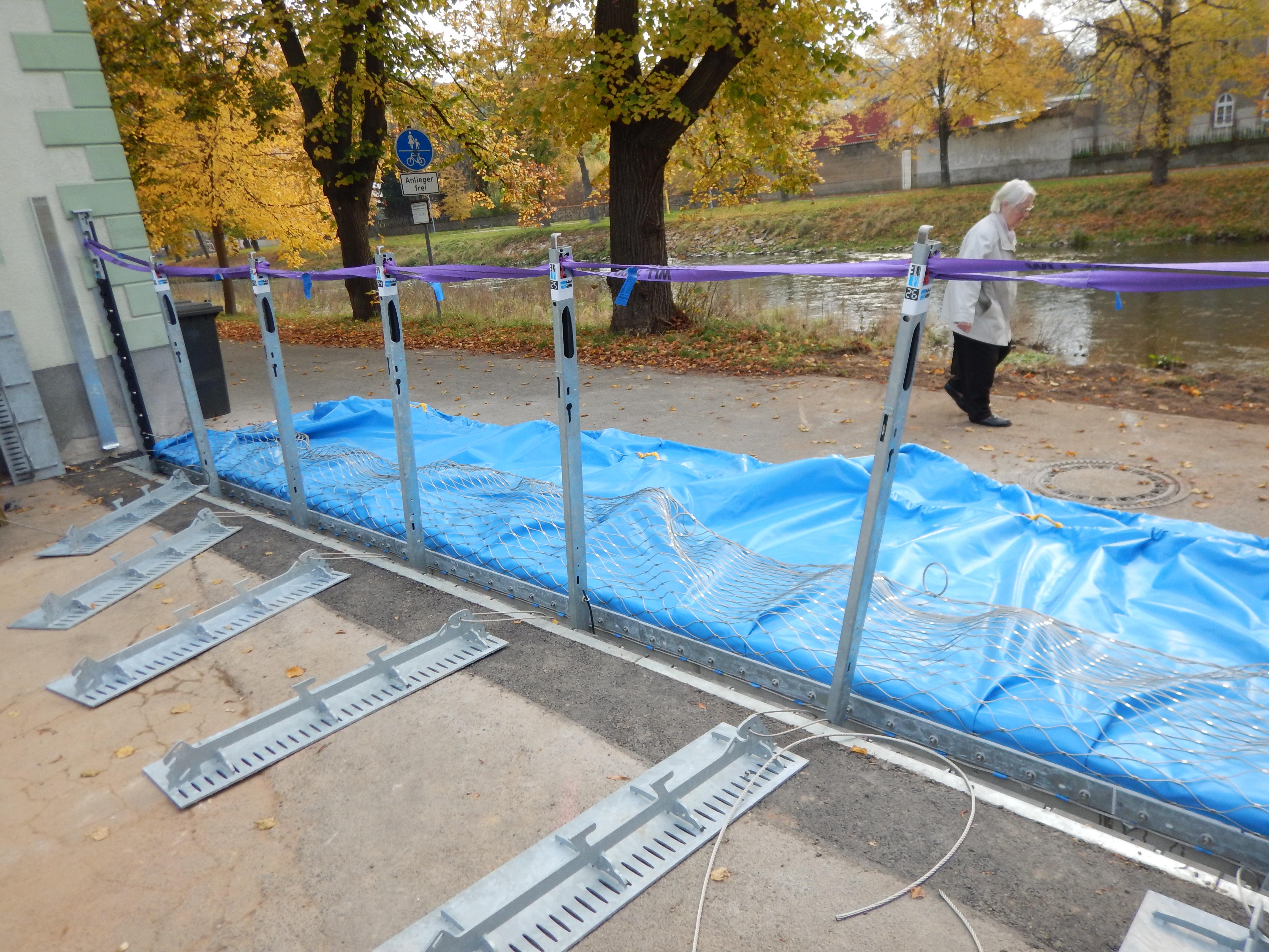 Der mobile Hochwasserschutz wird aufgebaut