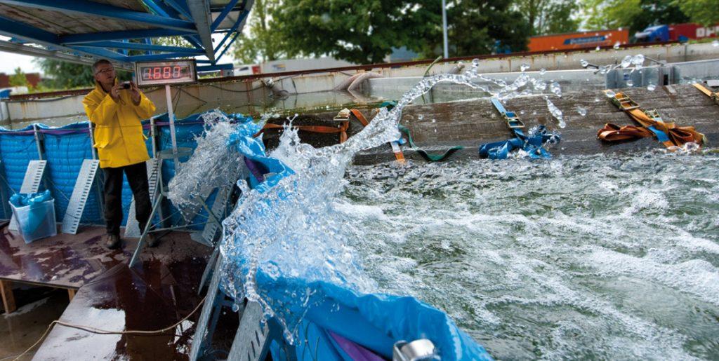 aquaburg-oben-aquawand-test-treibgutanprall-von-der-seite