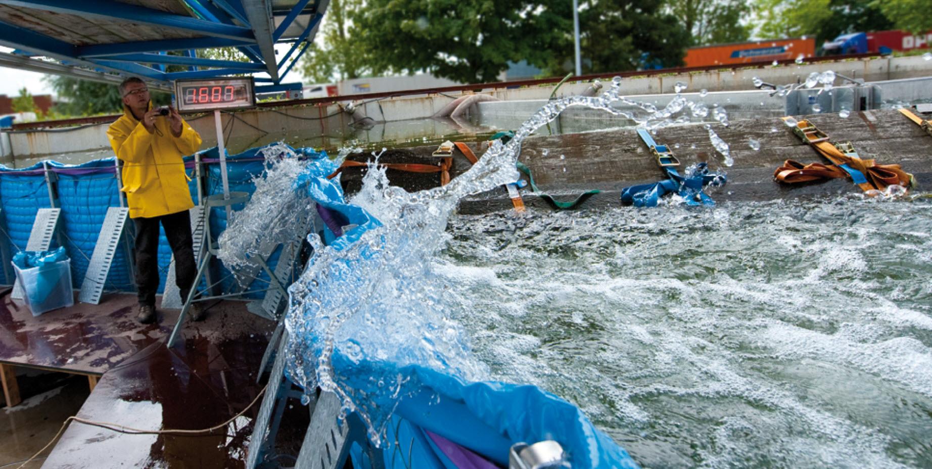 Treibgutanprall auf das mobile Hochwasserschutzsystem AquaWand