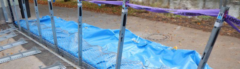 Mobiler Hochwasserschutz: AquaWand mit feuerverzinkten Stahlpfosten