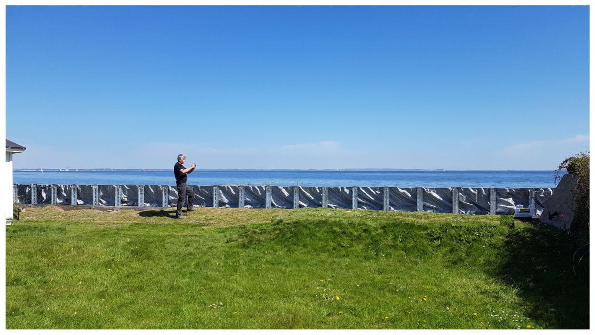 Die AquaWand aufgebaut an der Küste, Ansicht von der Landseite