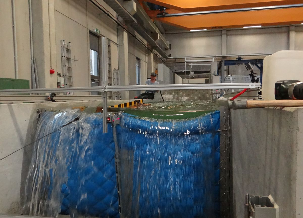 Flotsam hitting the AquaWand in the experimental hall of RWTH Aachen University