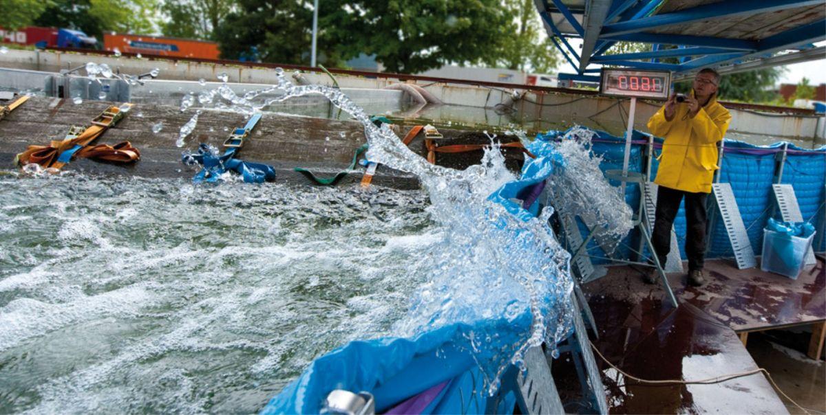 Treibgutanprall auf die AquaWand in der Versuchtsanlage der TUHH
