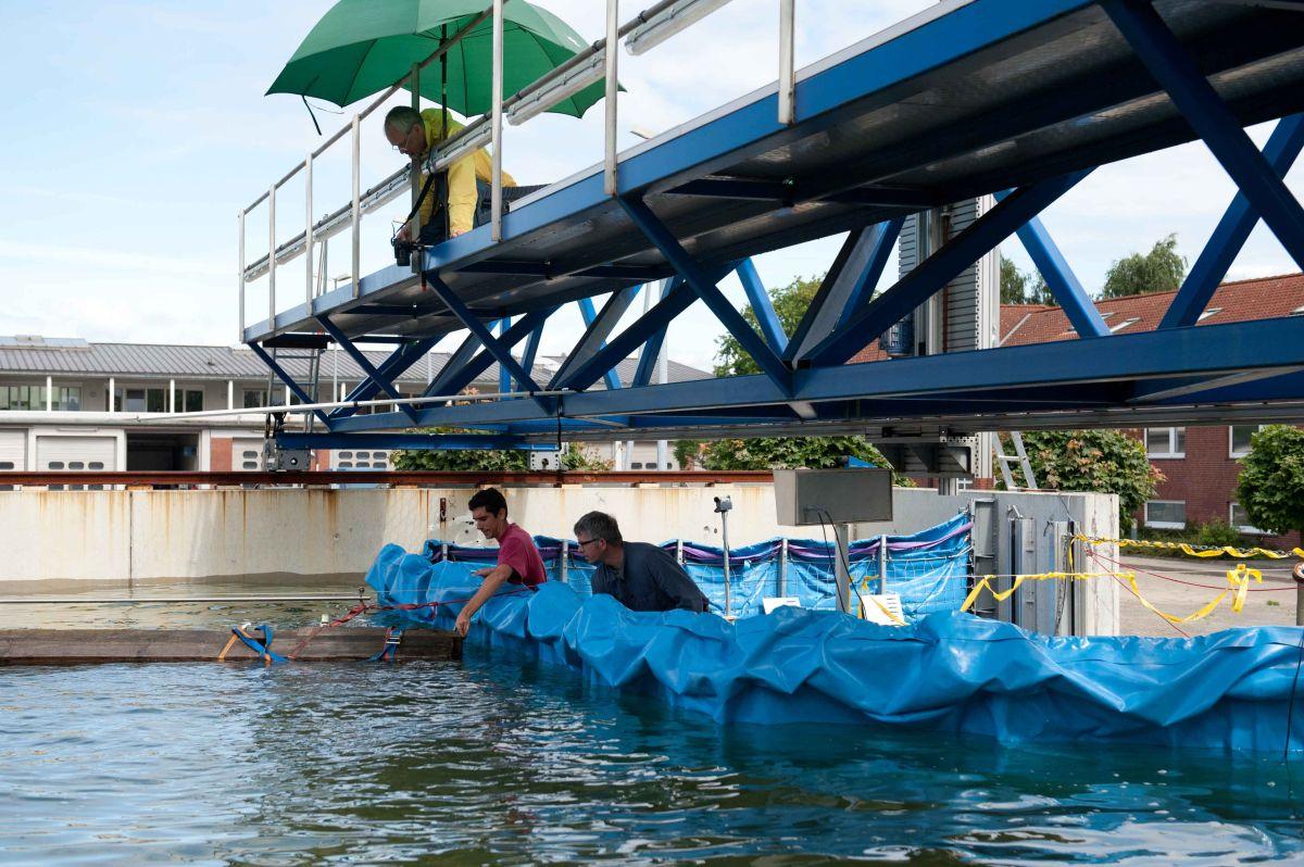 Vorbereitung eines Treibguttestes auf die AquaWand in der Versuchsanlage der TUHH