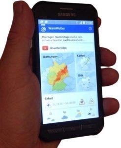 Bild: Handy in der Hand mit DWD WarnWetter App