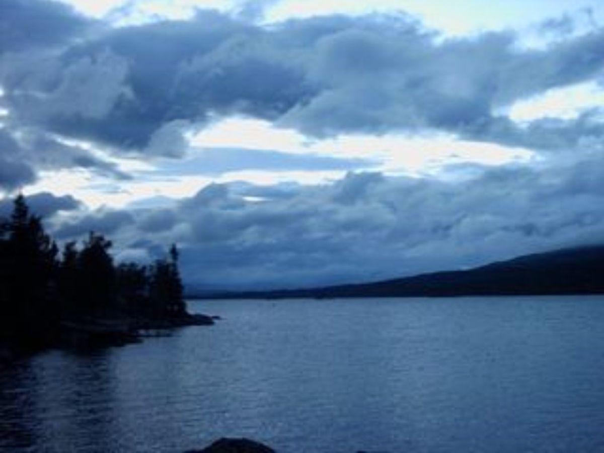Bild eines Flusses mit vielen Wolken