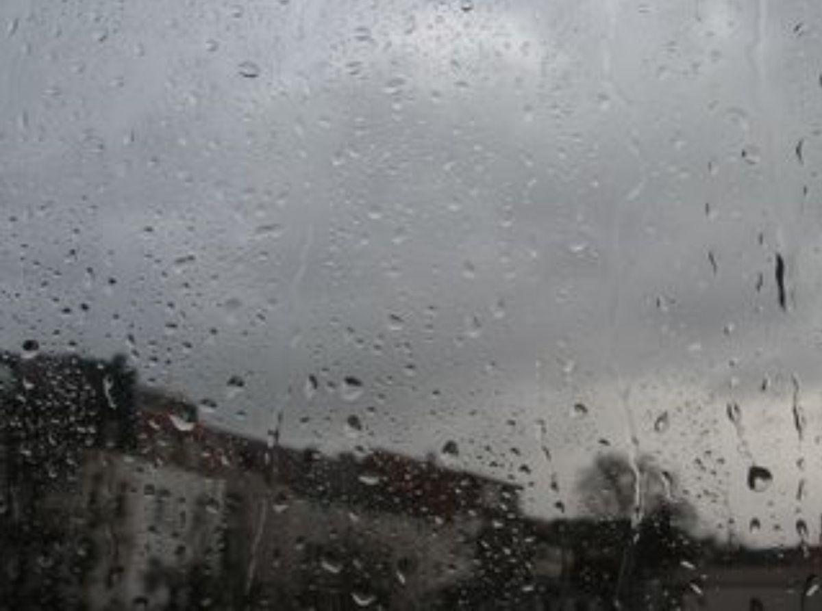 Bild von Regen an einer Glasscheibe