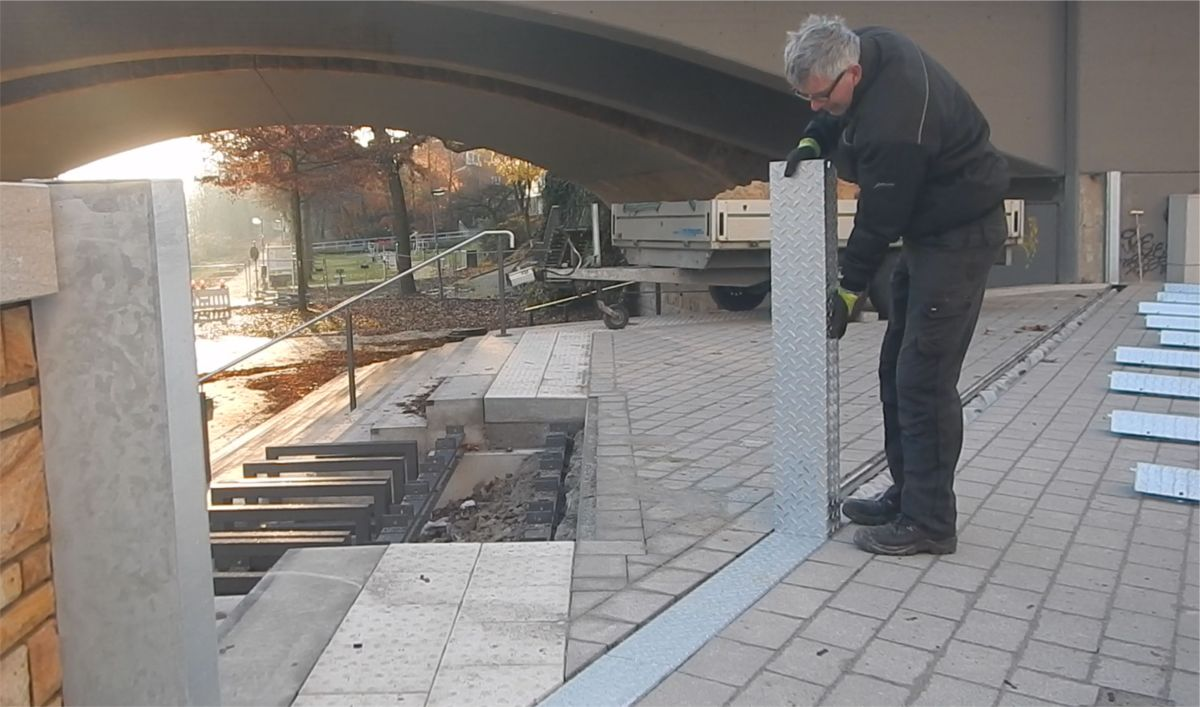 Der vorinstallierte mobile Hochwasserschutz wird aufgebaut